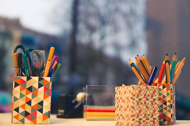 Tisch mit bunten Stiften