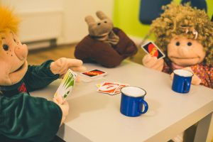 Handpuppen beim Kartenspiel